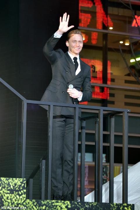 ステージを去る間際まで、ファンへ手を振っていた