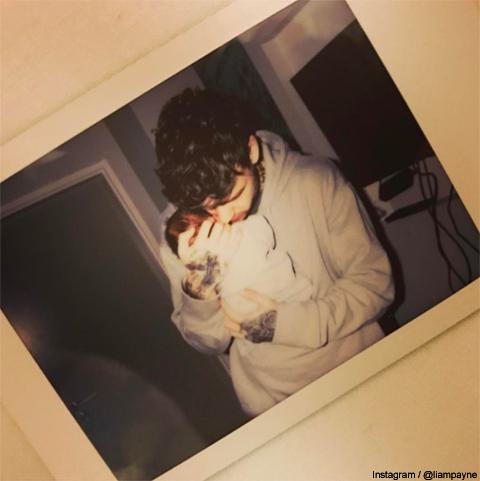 誕生したばかりの赤ちゃんを抱くリアム・ペイン
