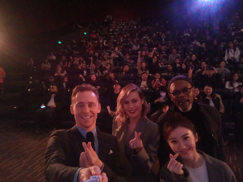 北京のプレミアムイベントにて共演者と共にセルフィーと撮る