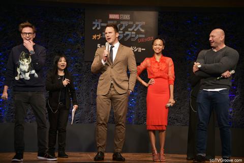 クリス・プラットの発言に爆笑するジェームズ・ガン監督(左)、ゾーイ・サルダナ(中央右)、デイヴ・バウティスタ(右)
