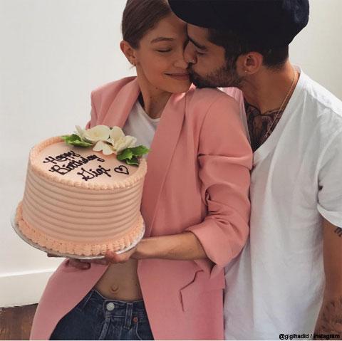 ゼインが、恋人ジジ・ハディッドにあま~いキス! ジジの誕生日をケーキでお祝い[写真あり]
