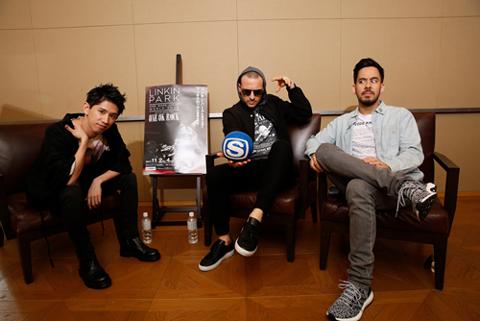 (左から)Taka、チェスター、マイク