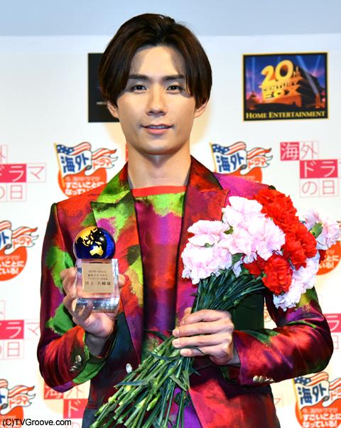 花束とトロフィーを贈呈された川上大輔さん