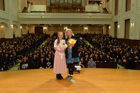 生徒をバッグに記念撮影。(左から)エラ・バレンタイン、ケイト・マクドナルド・バトラー
