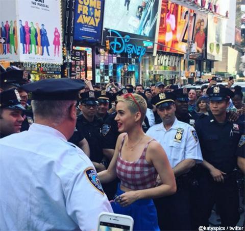 タイムズスクエアに現れたケイティ・ペリー