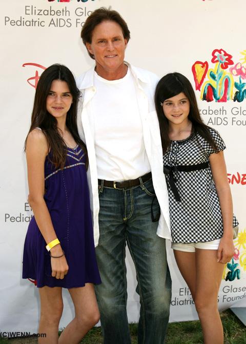 左 ケンダル・ジェンナー(12歳)、真ん中 ブルース・ジェンナー、右 カイリー・ジェンナー(10歳)