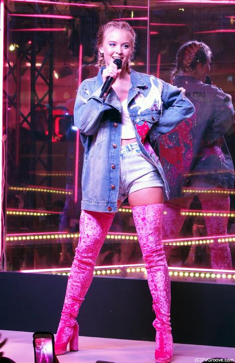 H&Mとのコラボ商品であるデニムのジャケットに、ピンクのベロアのロングブーツというキュートさとセクシーさのあるザラらしいファッション