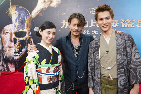 栗山千明(左)、ジョニー・デップ(真ん中)、中川大志(右)