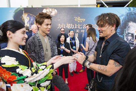 栗山千明(左)、中川大志(真ん中)、ジョニー・デップ(右)
