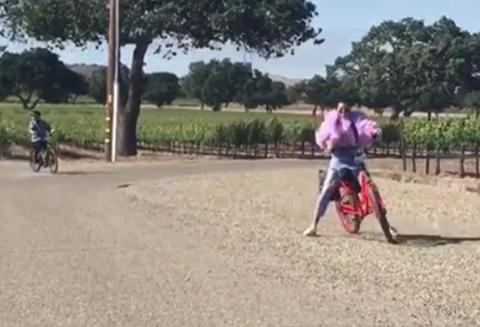自転車に乗るケンダル・ジェンナー