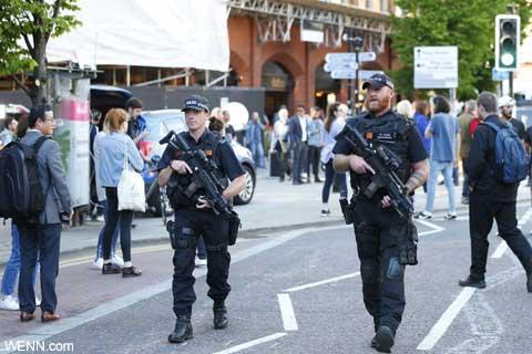 英マンチェスター爆弾テロ発生後の会場周辺の様子