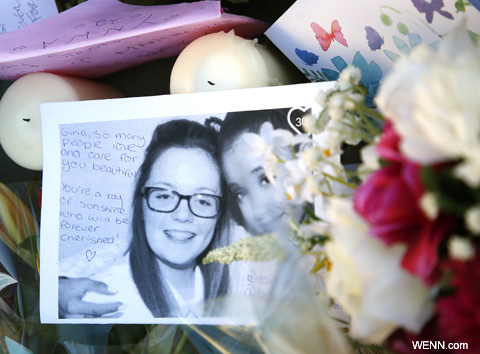 事件現場に置かれた写真と花束