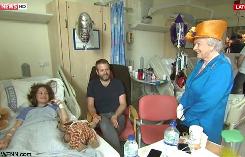 エリザベス女王、爆破テロ被害者たちが入院する病院をサプライズ訪問! 被害者&被害者家族を励ます[写真・動画あり]