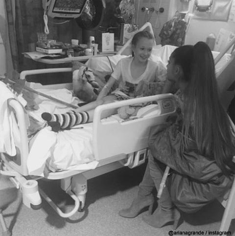 被害者を訪問するアリアナ・グランデ