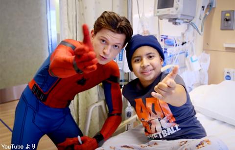 子ども病院を訪問したトム・ホランド