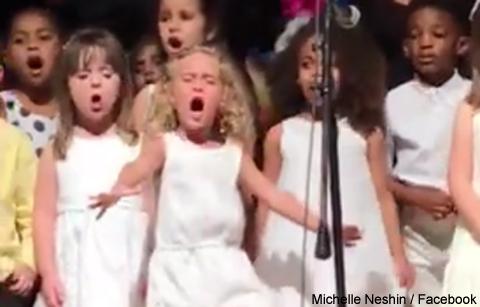 「どこまでも ~How Far I'll Go~」を熱唱するソフィアちゃん(4歳)