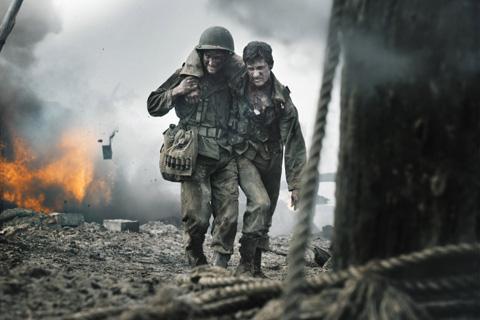 負傷した兵士を助けるデズモンド・ドス「ハクソー・リッジ」より