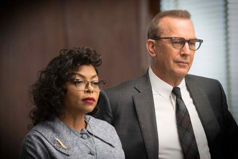 (右)宇宙特別研究本部のボスとして史上初めて黒人女性のキャサリンを登用するハリソン演じるケビン・コスナー