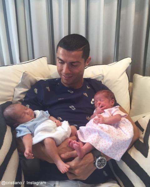 クリスティアーノ・ロナウドと、生まれたての双子