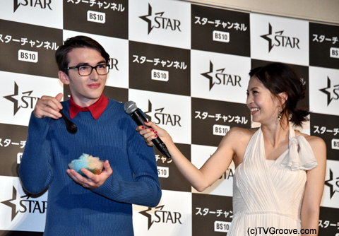 アイザック・ヘンプステッド=ライト(左)、安田美沙子