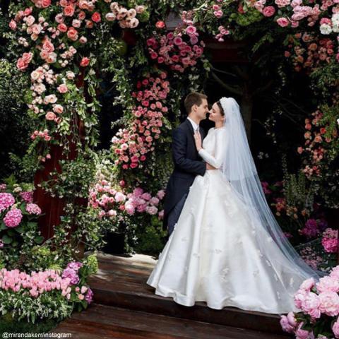 ミランダ・カー、美しすぎるウェディング写真を公開! グレース・ケリーのドレスをイメージ[写真あり]
