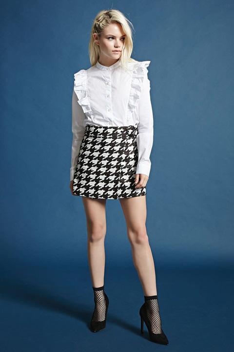 フリルトリムロングスリーブシャツ ¥2,290(税抜) ハウンドトゥースプリントラップスカート ¥2,290(税抜)