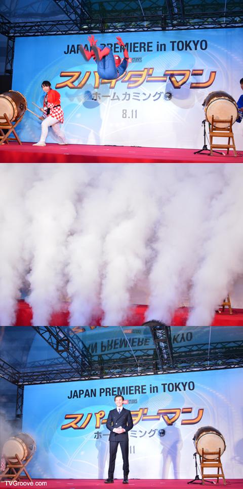 トムが白煙の中からいきなり登場!