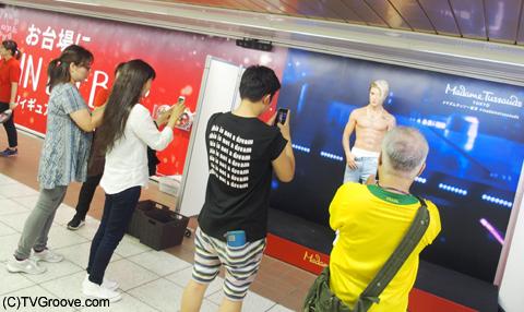 ジャスティンのフィギュアを撮影する人々