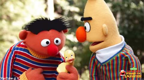 ラバー・ダッキーを持つアーニー(左)とバート