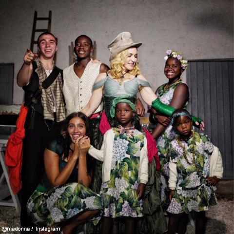 マドンナと6人の子どもたち 本人の誕生日に公開された1枚で、マドンナの左がデヴィッド