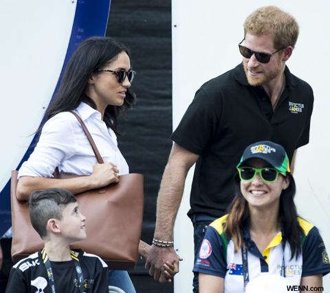 手をつなぐメーガン・マークルとハリー王子
