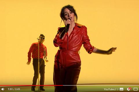 カミラ・カベロ、大ヒット中のシングル「Havana」を披露! 赤のキャットスーツ姿で魅力的なパフォーマンス[動画あり]