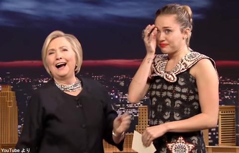 マイリー・サイラス、あこがれのヒラリー・クリントンと対面! 涙ながらに感謝のメッセージを伝える[動画あり]