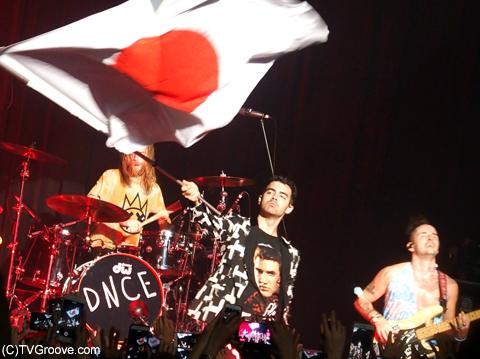 大きな日本の国旗を振って日本のファンへの愛をアピール