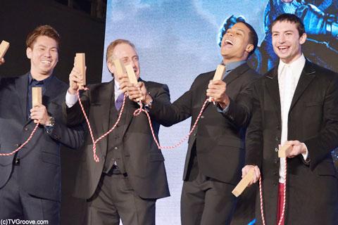 ロサンゼルス・ドジャース所属前田健太選手と共に三本締め。(左から)前田選手、チャールズ・ローブン、レイ・フィッシャー、エズラ・ミラー