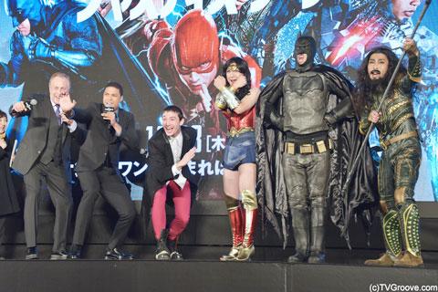 イベントには、パンサーの3人も登壇。ワンダーウーマン、バットマン、アクアマンの格好で登場。