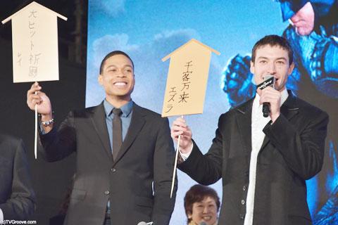 (左から)レイ・フィッシャー、エズラ・ミラー。初めて日本語を書くことに挑戦