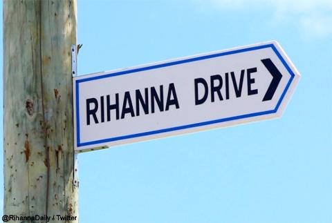 リアーナの名前が付けられた道路の看板