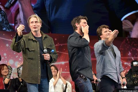ファンに向けて投げキッスするマッツ・ミケルセン(左)、カール・アーバン(中央)、ネイサン・フィリオン(右)