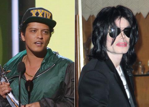 ブルーノ・マーズ(左)、マイケル・ジャクソン