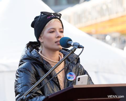 「女性たちの行進」で詩を朗読するホールジー