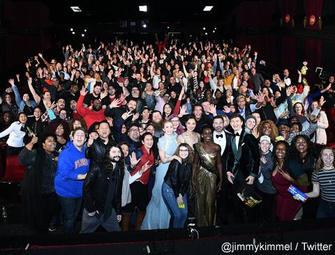 ドッキリ企画でチャイニーズ・シアターに訪れたジミー・キンメル、俳優陣と観客たち