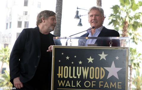 スピーチを行うハリソンと、マーク