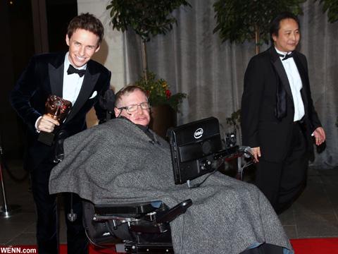 エディ・レッドメインと、生前のスティーヴン・ホーキング博士 2015年2月撮影
