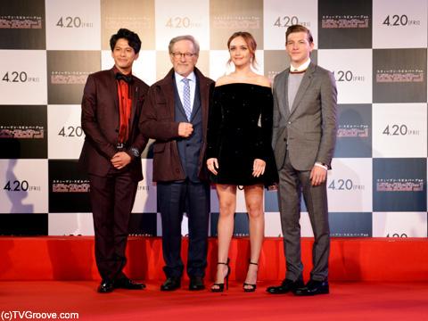 (左から)森崎ウィン、スティーブン・スピルバーグ、オリビア・クック、タイ・シェリダン