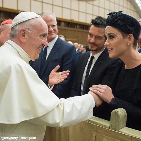 ケイティ・ペリーとオーランド・ブルーム ローマ法王にそろって対面