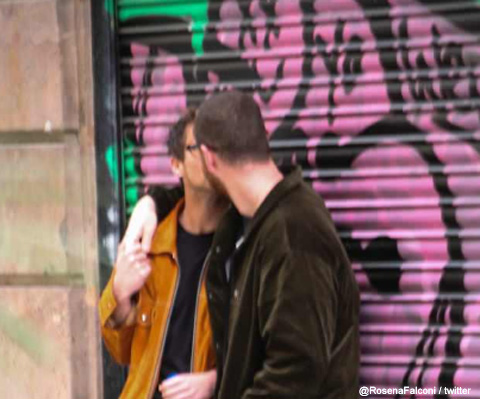 キスをするサム・スミスとブランドン・フリン