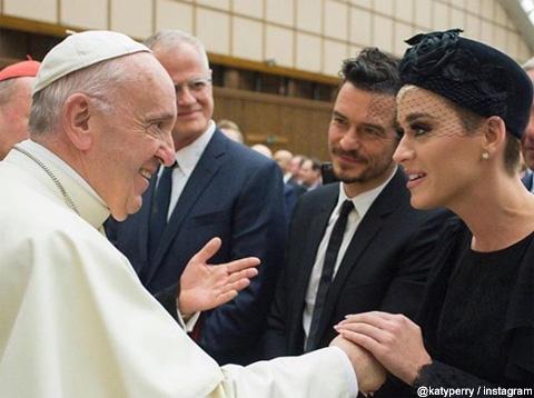 ローマ法王に会うケイティ・ペリーとオーランド・ブルーム