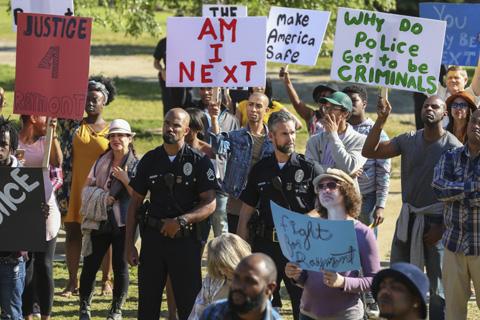 黒人コミュニティにおけるデモに出動する場面も