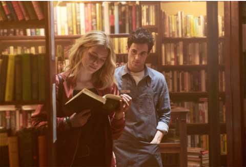 「You」の一場面。ベック(エリザベス・ライル)に狙いを定めたジョー(ペン・バッジリー)。シーズン1放送前に、シーズン2は「You」第二巻を土台にハリウッドを舞台に活躍(?)するジョーを描くと発表があった。